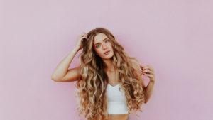 Frau mit Kollagen Hydrolysat Erfahrung für volle Haare